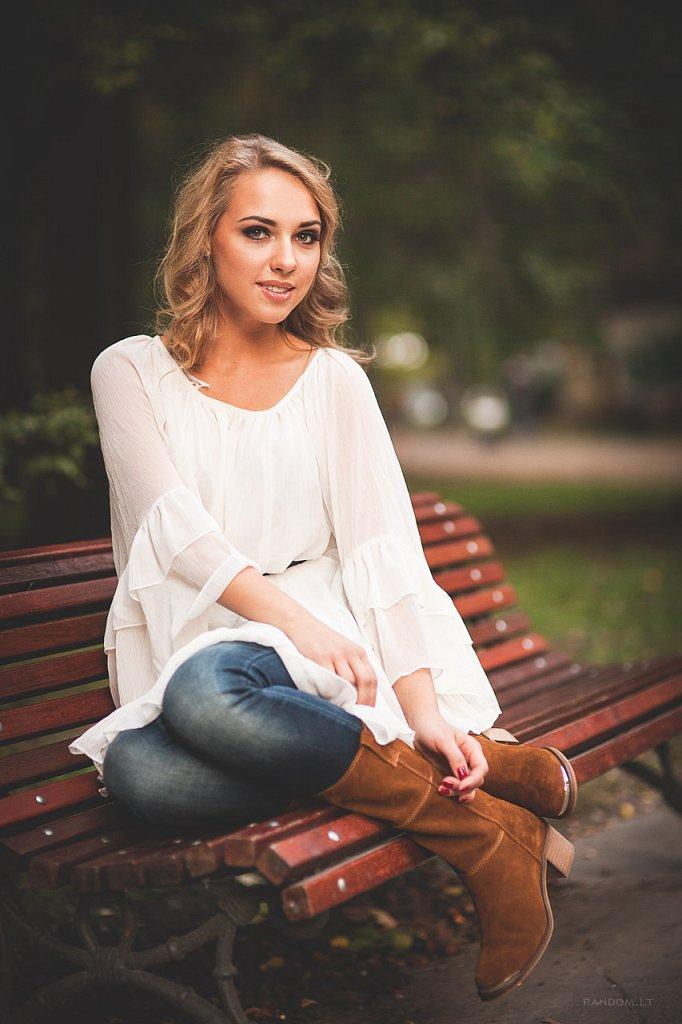 Merginos portretas asmeninė fotosesija bench blonde mergina mieste natūrali šviesa park parkas suoliukas šviesiaplaukė  RANDOM.LT