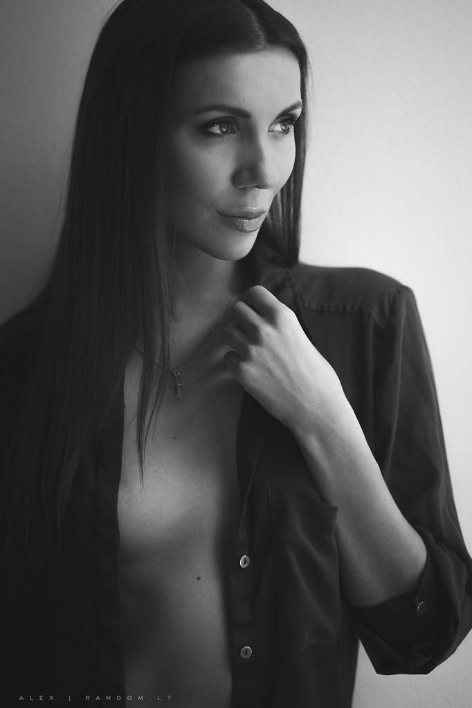 sensual  asmeninė fotosesija boudoir erotinė fotosesija girl glamour mergina namuose natūrali šviesa sensual woman  by RANDOM.LT