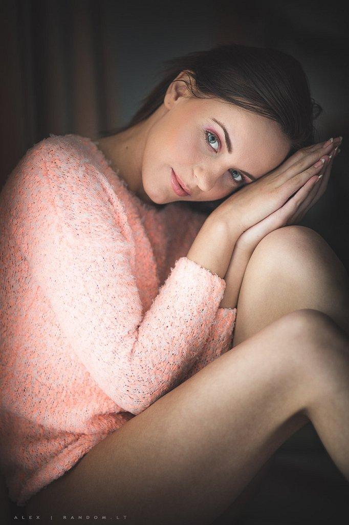 Miglės portretas asmeninė fotosesija boudoir calm dark erotinė fotosesija girl glamour hair jauki mergina namuose pink rami sensual sitting woman  by RANDOM.LT