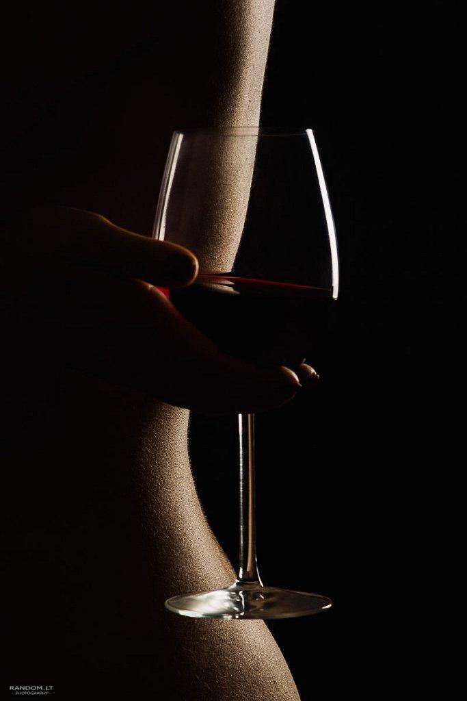 nude 5 girl glass low key mergina nude nuogas kūnas studija studio taurė vynas wine  by RANDOM.LT