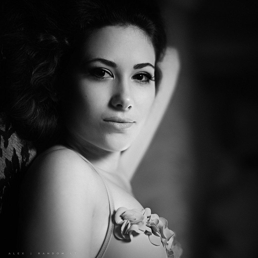 Fotosesija namuose  2013  apartamentuose  asmeninė fotosesija  boudoir  fotosesija  juodai balta  mergina  natūrali šviesa  portrait  portretas  by RANDOM.LT