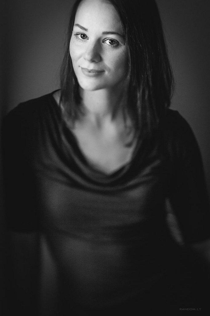 portretai  asmeninė fotosesija namuose natūrali šviesa  by RANDOM.LT