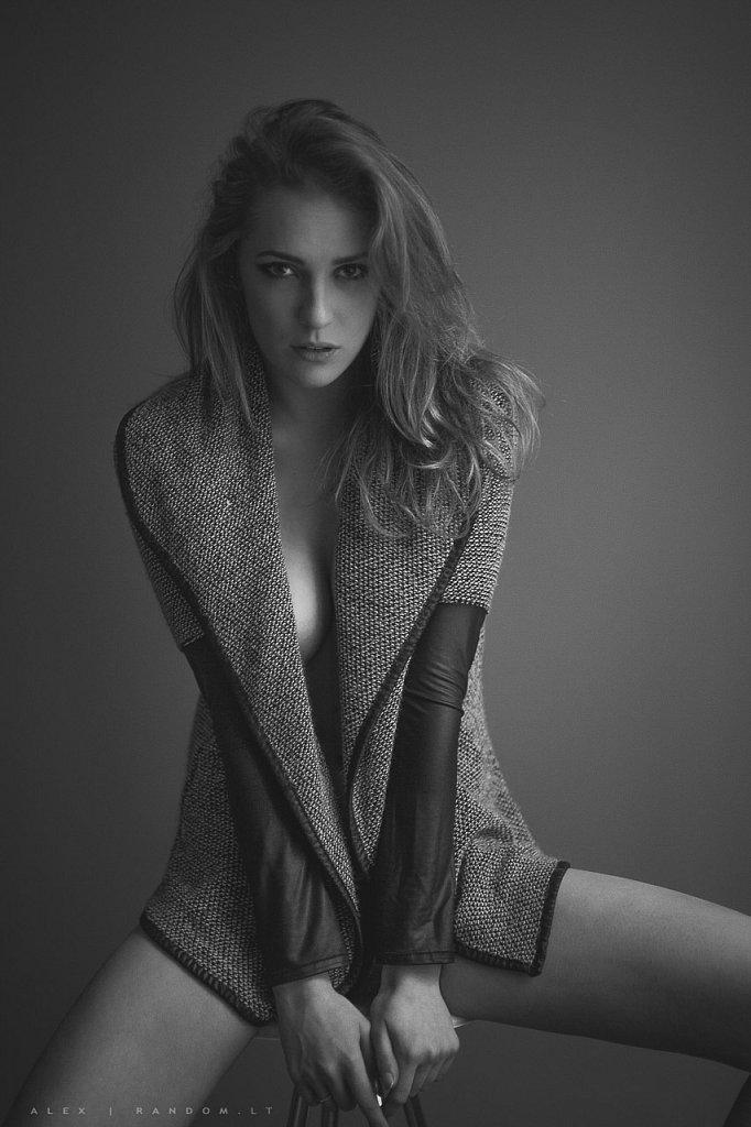 apartamentuose asmeninė fotosesija boudoir erotinė fotosesija fotografas fotosesija girl glamour intymi juodai balta mergina namuose natūrali šviesa sensual vilnius woman  by RANDOM.LT