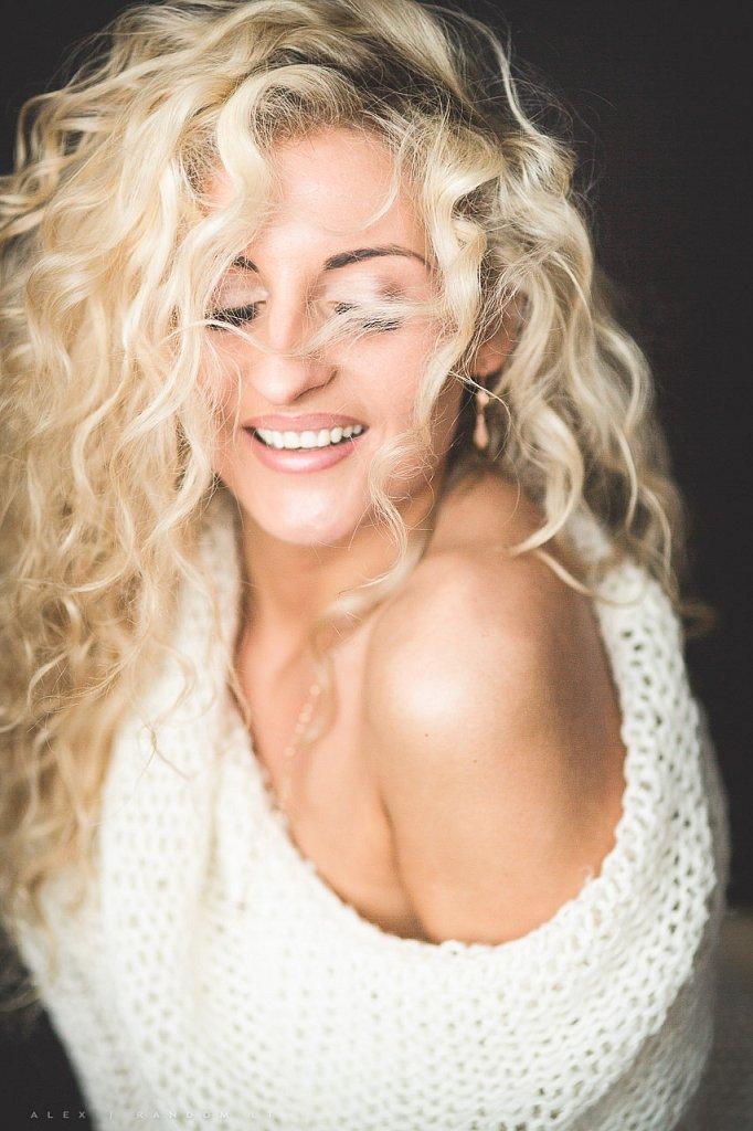 Merginos portretas asmeninė fotosesija blonde boudoir erotinė fotosesija eyes closed girl glamour hair long long hair mergina namuose natural light natūrali šviesa sensual white woman  by RANDOM.LT