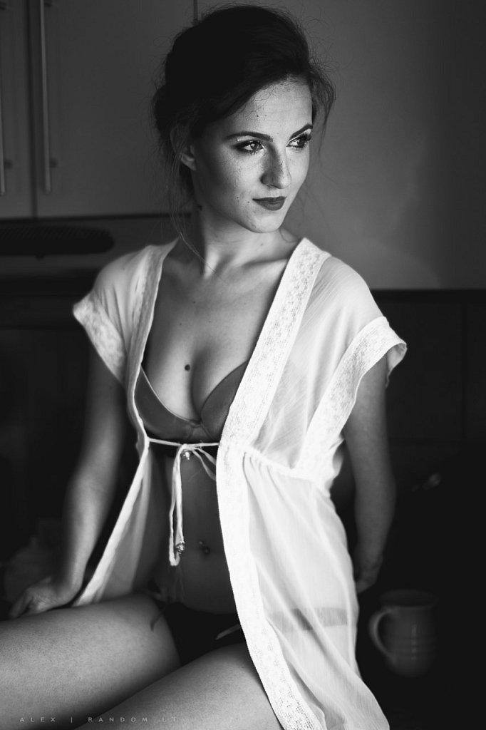 Aušra  asmeninė fotosesija black and white namuose sensual  by RANDOM.LT
