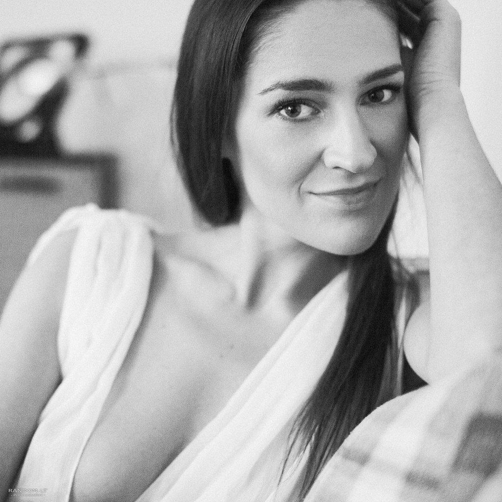Sandra  asmeninė fotosesija boudoir girl mergina namuose natūrali natūrali šviesa sensual šviesa  by RANDOM.LT