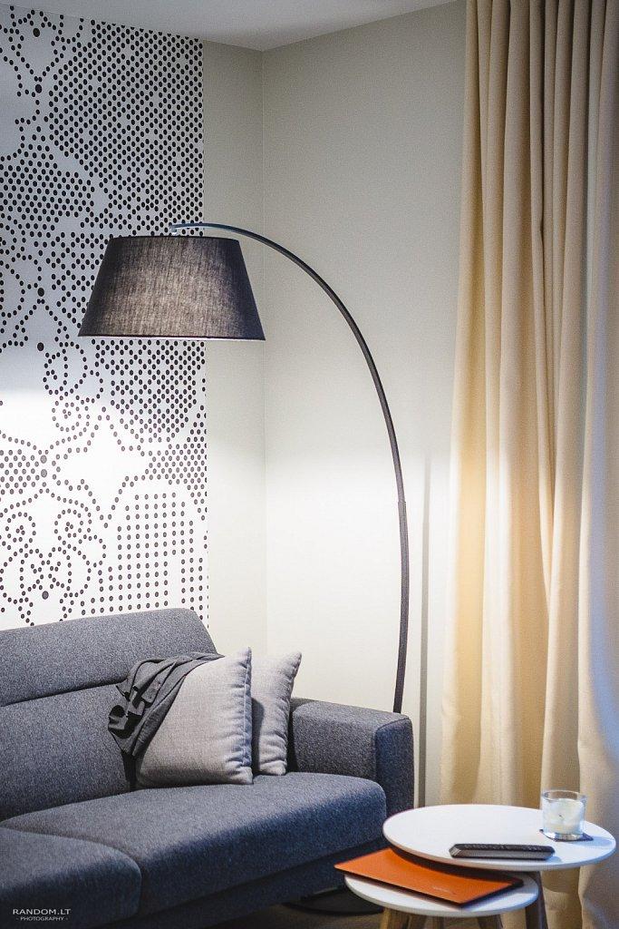 interjero fotografija - buto interjeras  butas  fotografija  interjeras  interjero fotografavimas  jaukus  modernus  namai  šiltas  sofa  staliukas  šviestuvas  by RANDOM.LT