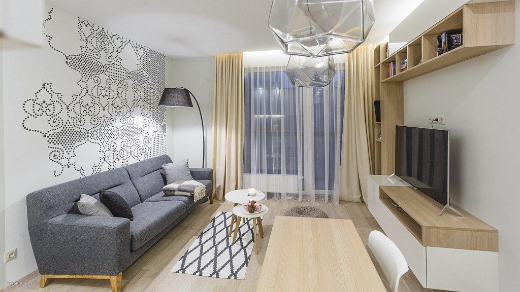 interjero fotografija - buto interjeras  butas  fotografija  interjeras  interjero fotografavimas  jaukus  langas  modernus  namai  šiltas  sofa  staliukas  šviestuvas  by RANDOM.LT