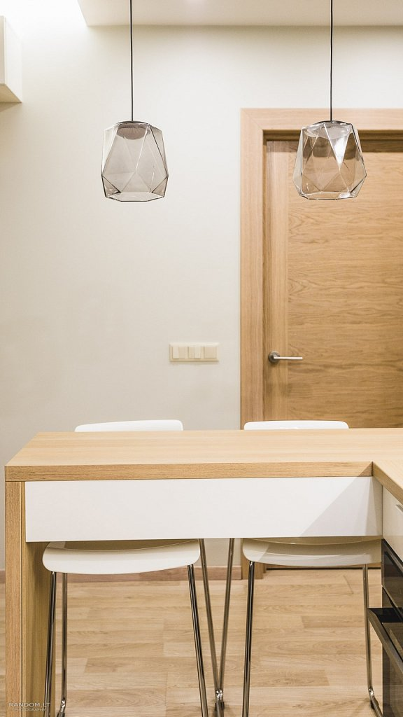 interjero fotografija - buto interjeras  butas  fotografija  interjeras  interjero fotografavimas  jaukus  modernus  namai  šiltas  šviestuvas  virtuvė  by RANDOM.LT