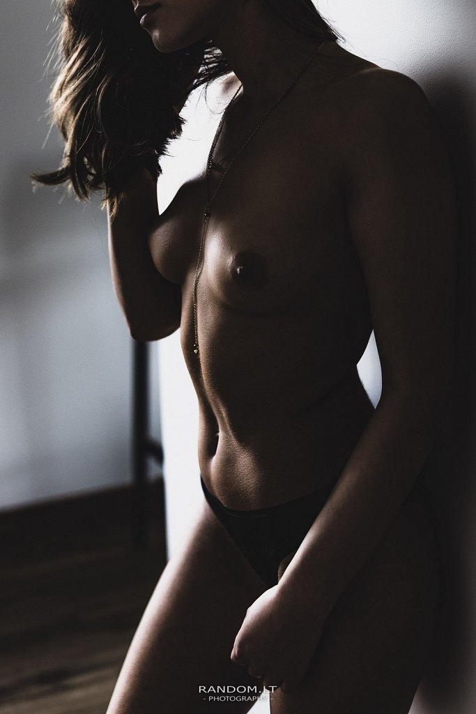 Nude fotosesija namuose  asmeninė fotosesija  fotosesija  girl  mergina  namuose  nuoga  nuogas kūnas  topless  woman  by RANDOM.LT