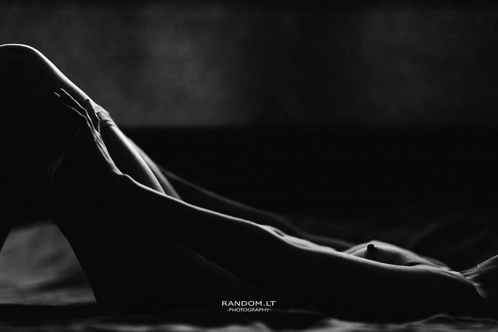 Nude fotosesija namuose  asmeninė fotosesija  fotosesija  fotosesija namuose  girl  low key  nude  nuogas kūnas  woman  by RANDOM.LT