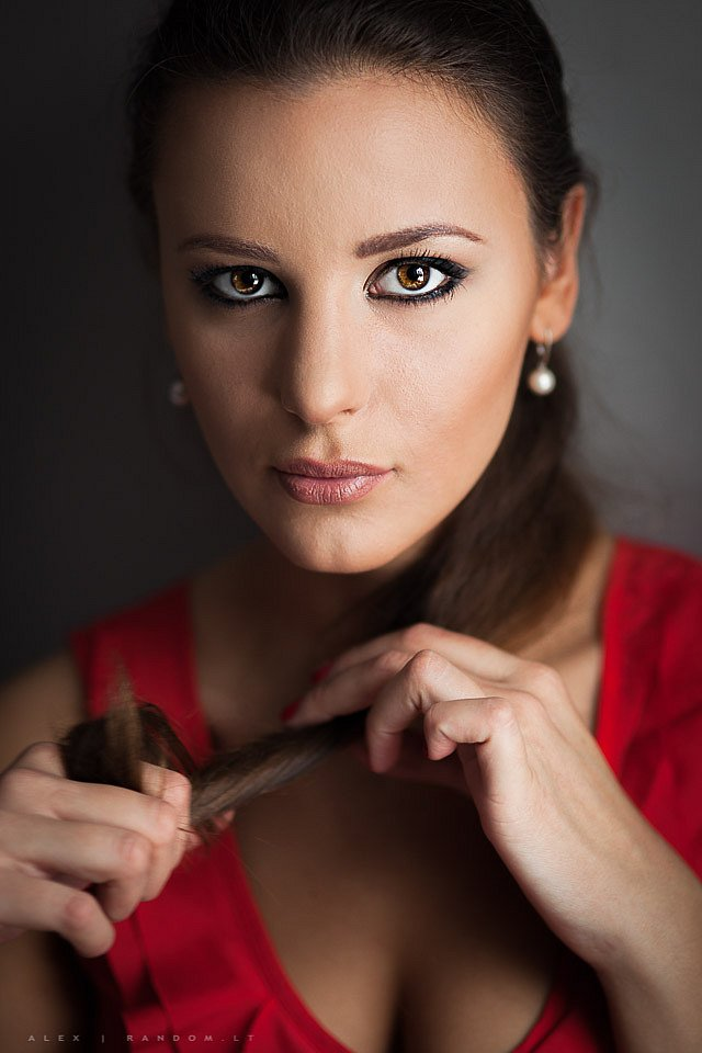 asmeninė fotosesija dark eyes long hair namuose natūrali šviesa red  by RANDOM.LT