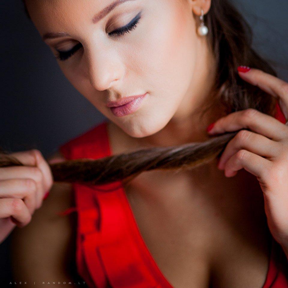 asmeninė fotosesija long hair namuose natūrali šviesa red  by RANDOM.LT