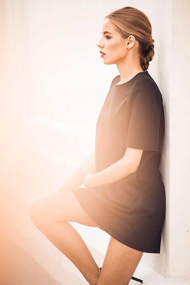 portretai Eglė asmeninė fotosesija atsirėmusi aukštakulniai dress fashion heels legs long mieste mokymai natūrali šviesa resting sexy short siena suknelė trumpa wall  by RANDOM.LT