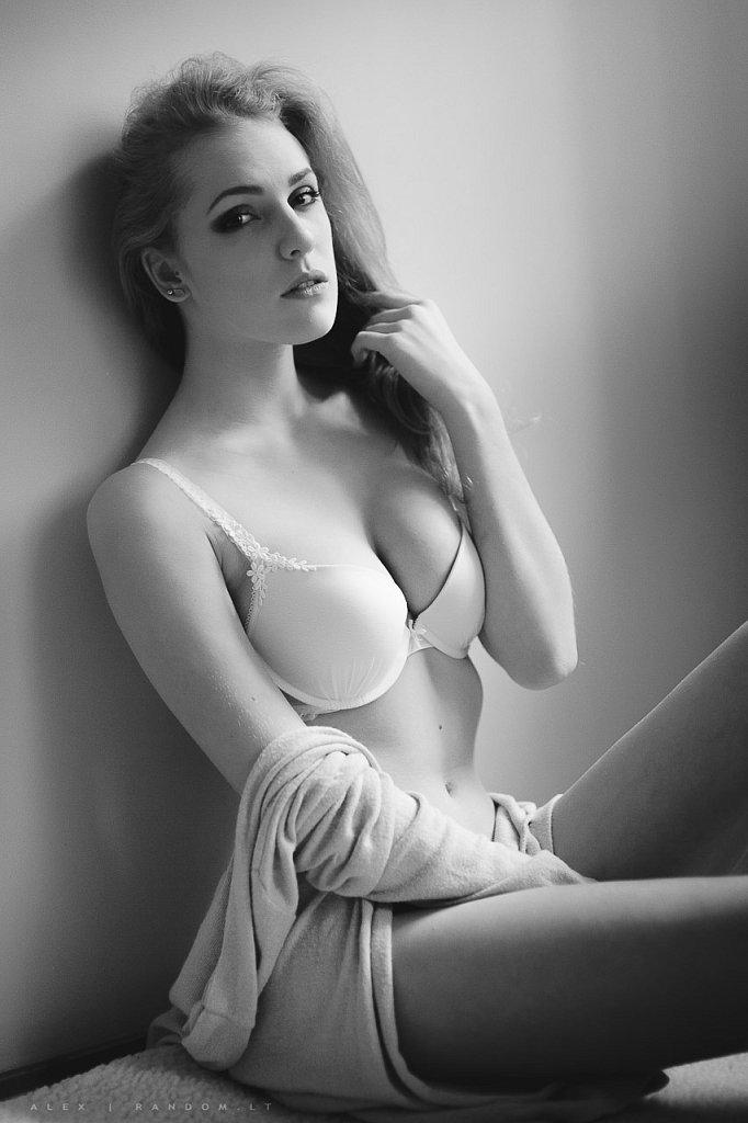 asmeninė fotosesija boudoir erotinė fotosesija girl glamour mergina namuose natūrali šviesa sensual woman  by RANDOM.LT
