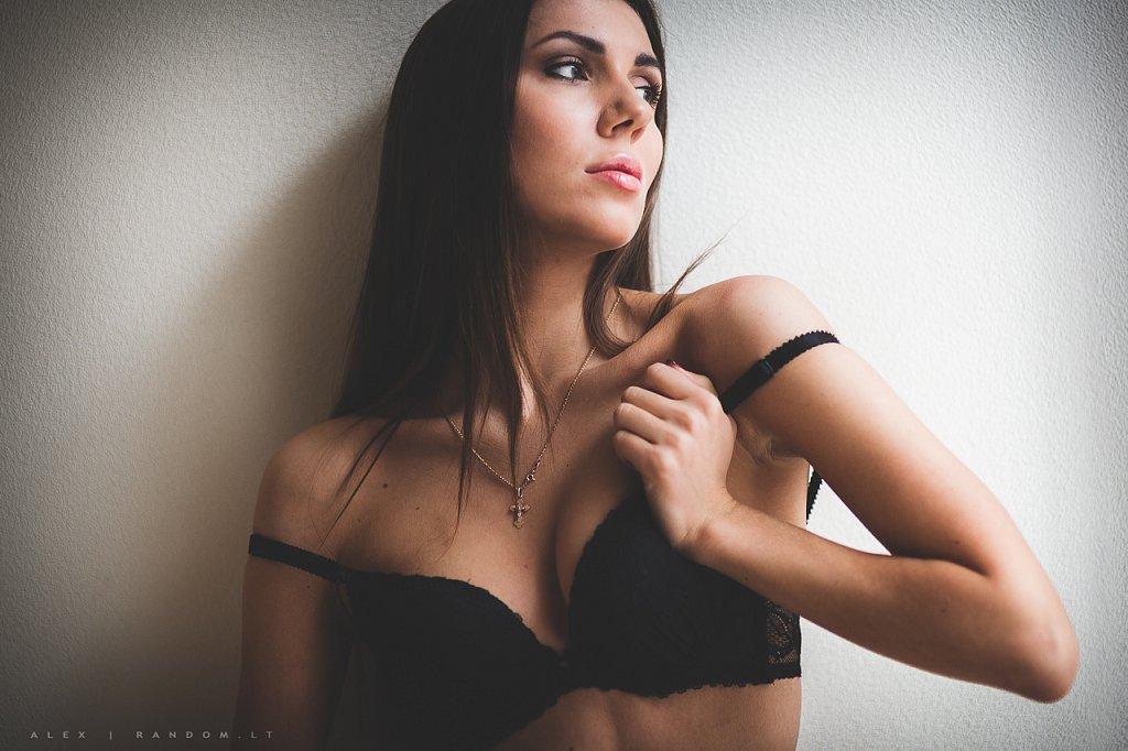 apartamentuose asmeninė fotosesija boudoir erotinė fotosesija fotografas fotosesija girl glamour intymi mergina namuose natūrali šviesa sensual vilnius woman  by RANDOM.LT