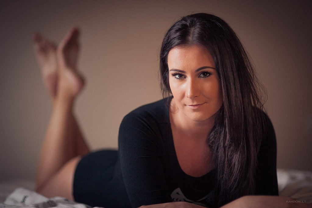 asmeninė fotosesija boudoir erotinė fotosesija girl glamour mergina namuose sensual woman  by RANDOM.LT
