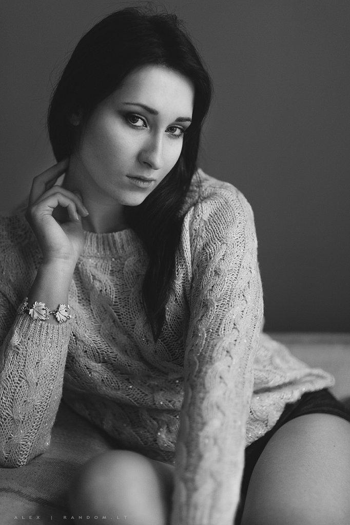 asmeninė fotosesija girl mergina namuose natūrali šviesa sensual woman  by RANDOM.LT
