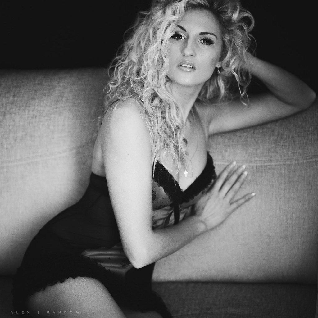 asmeninė fotosesija black and white blonde boudoir erotinė fotosesija girl glamour hair long long hair mergina namuose natural light natūrali šviesa sensual sofa woman  by RANDOM.LT