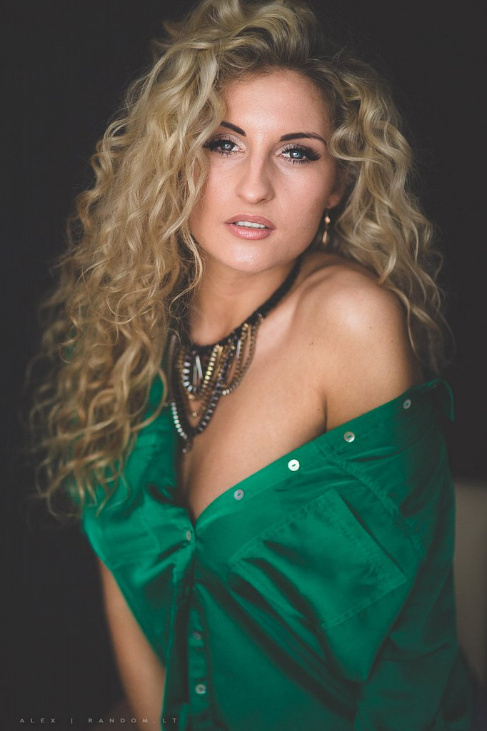 asmeninė fotosesija blonde boudoir girl glamour green hair long long hair mergina namuose natural light natūrali šviesa sensual woman  by RANDOM.LT