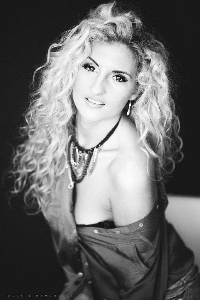 asmeninė fotosesija black and white blonde boudoir erotinė fotosesija girl glamour hair long long hair mergina namuose natural light natūrali šviesa sensual woman  by RANDOM.LT