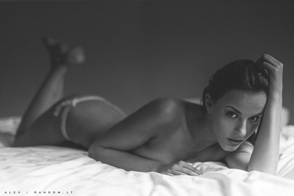 Miglė asmeninė fotosesija boudoir erotinė fotosesija girl mergina namuose natural light nude sensual woman  by RANDOM.LT