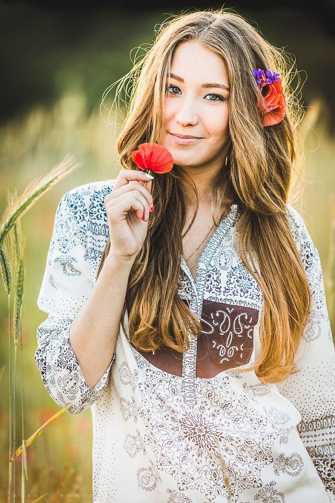 portretai  aguonos asmeninė fotosesija balta blonde girl ilgi plaukai jauki justina budaitė long hair meadow mergina natural light natūrali šviesa pieva saulėlydis šilta sunset white  by RANDOM.LT
