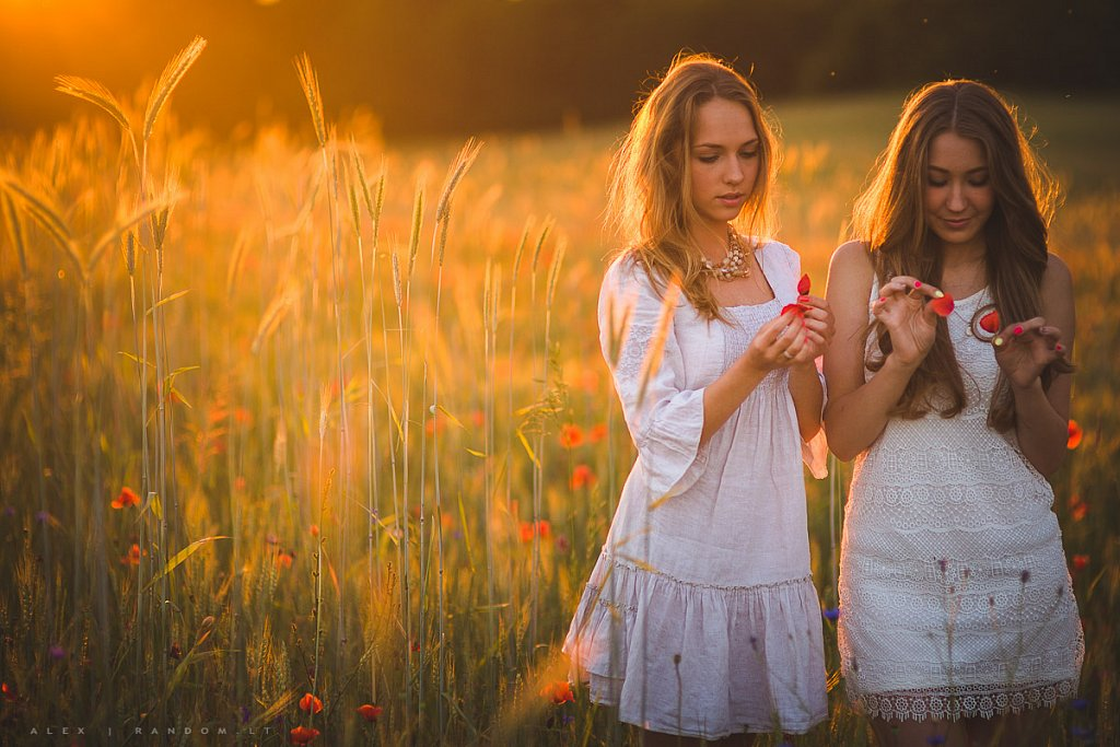 portretai  asmeninė fotosesija balta blonde girl ilgi plaukai long hair meadow mergina natural light natūrali šviesa pieva sunset white  by RANDOM.LT