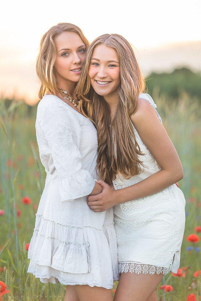 Greta ir Justina  asmeninė fotosesija balta blonde girl ilgi plaukai long hair meadow mergina natural light natūrali šviesa pieva sunset white  by RANDOM.LT