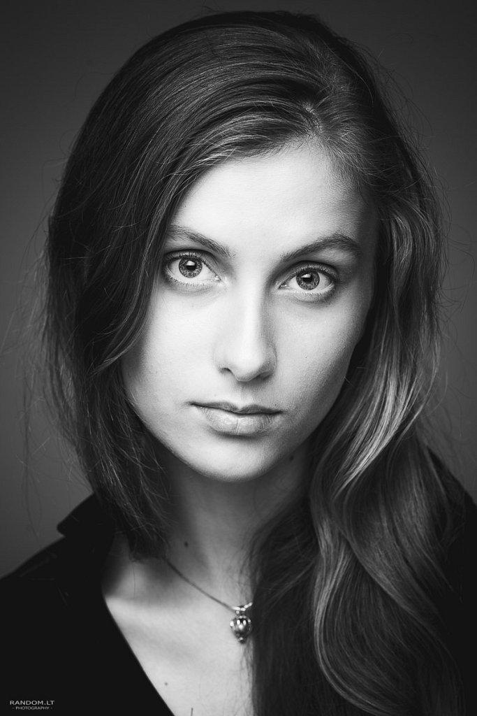 portretai Ema model testas asmeninė fotosesija black and white look model test nespalvota studija žvilgsnis  by RANDOM.LT