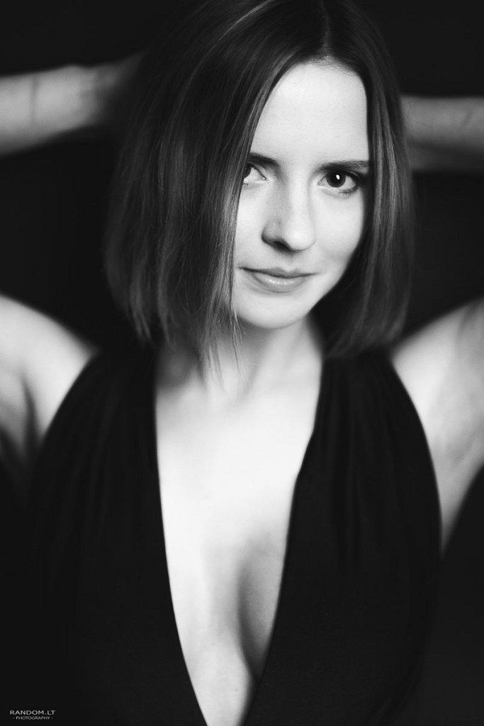 Sandra  asmeninė fotosesija juodai balta studija  by RANDOM.LT