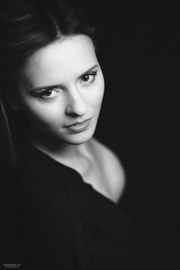 portretai  asmeninė fotosesija juodai balta studija  by RANDOM.LT