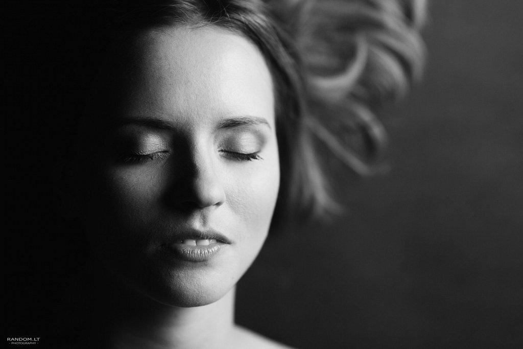 asmeninė fotosesija erotinė fotosesija juodai balta sensual studija woman  by RANDOM.LT