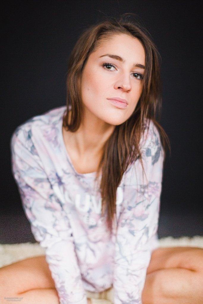 asmeninė fotosesija girl mergina namuose natūrali natūrali šviesa šviesa  by RANDOM.LT