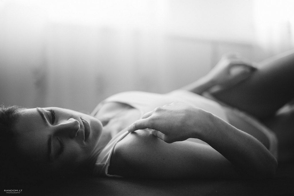 asmeninė fotosesija boudoir girl mergina namuose natūrali natūrali šviesa sensual šviesa  by RANDOM.LT