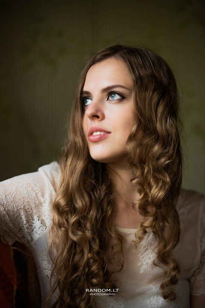 2019  asmeninė fotosesija  girl  mergina  namuose  natūrali šviesa  vilnius  woman  by RANDOM.LT